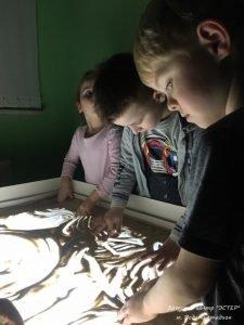ИЗО малыши, дети 4-6 лет. Занятия в изостудии для детей, САО, Москва. Игра с песком, рисование песком.