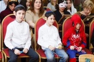 Чтение свитка Эстер, празднование Пурима в центре ЭСТЕР. Водный стадион, САО, Москва. Еврейское воспитание, традиции для детей